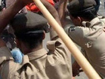 रिश्वत नहीं देने पर पुलिस ने महिलाओं पर चलाई लाठियां