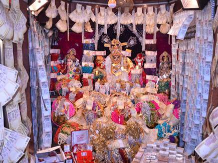 महालक्ष्मी मंदिर में इतना धन आया कि रखने की जगह ही कम पड़ गई