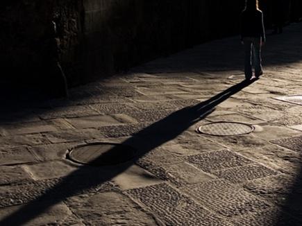 अदृश्य छाया का महिलाओं में खौफ  , पकड़ो तो गायब