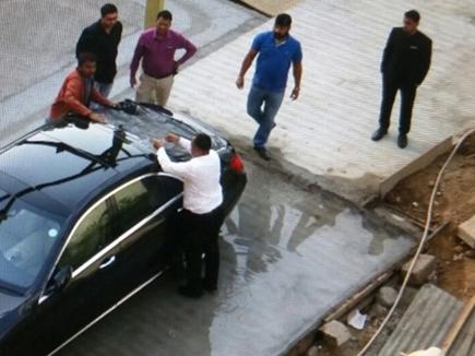 अहमदाबाद में शाहरुख की कार पर फेंके गए पत्थर
