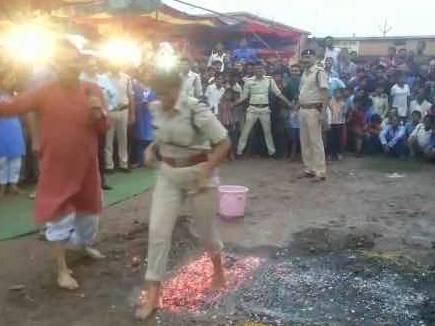 आई जी, एस पी ने दहकते अंगारों पर चल कर  दी 'अग्नि परीक्षा'