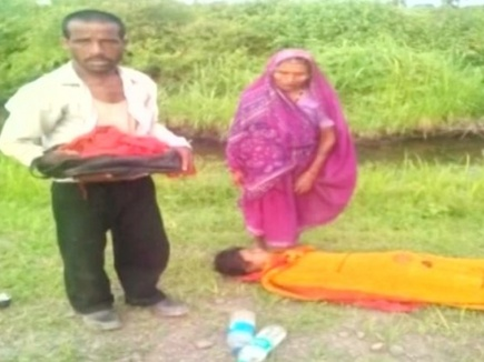 बस में  प्रसूतिका  की मौत होने  पर लाश समेत परिवार को जंगल में उतारा