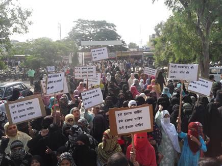एनकाउंटर के विरोध में महिलाओं ने जुलूस निकाला