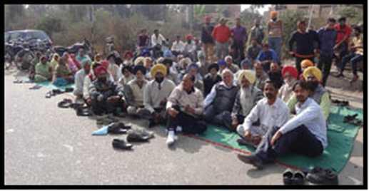People against closing railway crossing