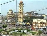 व्यावसायिक इमारतों में पार्किंग की जगह स्टोर और दुकान, कानपुर की बाजारों में सड़क पर खड़े होते वाहन