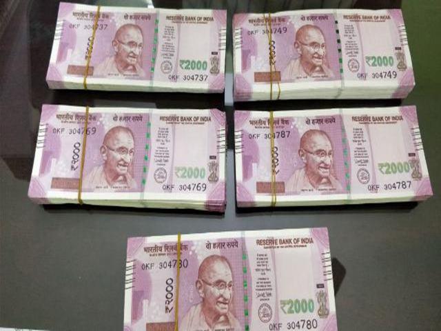 सेल्समैन ने लौटाया 10 लाख रुपयों से भरा बैग, मालिक ने इनाम में दे दी इतनी रकम