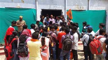 परीक्षा में शामिल विद्यार्थियों को बता दिया अनुपस्थित, विवि में प्रदर्शन