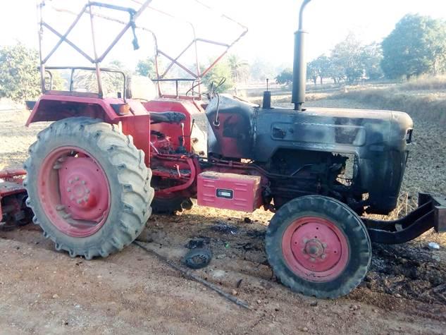 नारायणपुर : नक्सलियों ने सड़क निर्माण में लगे वाहनों को फूंका