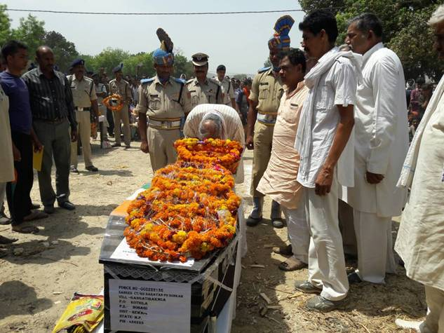 बुरकापाल में शहीद नारायण सोनकार को अंतिम संस्कार