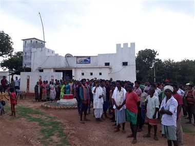 ग्रामीणों की जमीन पर कब्जा कर खेती, पिता-पुत्र पर जुर्म दर्ज