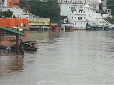 चित्रकूट में मंदाकिनी उफान पर, रामघाट डूबा, दुकानों में भरा पानी