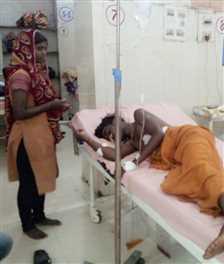 घायल को अज्ञात शक्तियों से बचाने अस्पताल में ओझाई
