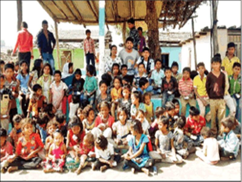 ये टीचर आदिवासी बच्चों के लिए 16 सालों से चला रहे स्टेशनरी बैंक