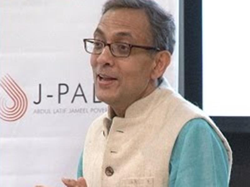 who is Abhijit Benarjee : जानिए कौन हैं भारतीय मूल के अभिजीत बनर्जी जिन्हें मिला इकोनॉमिक साइंसेज का नोबेल पुरस्कार