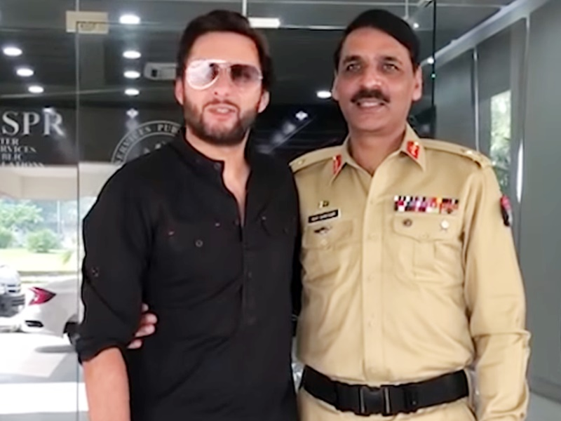 पाकिस्तानी सैन्य प्रवक्ता से गले मिले पूर्व क्रिकेटर आफरीदी, यूजर्स ने किया जमकर ट्रोल