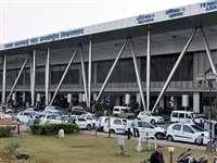 बंदरों के बाद अब अहमदाबाद एयरपोर्ट पर नजर आ रहे हैं कुत्ते, यात्रियों ने शेयर की फोटो