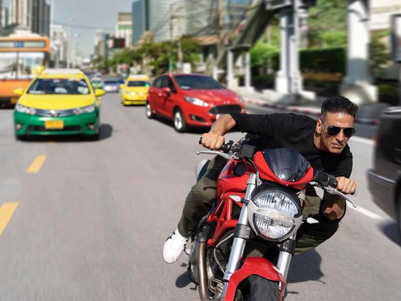 Akshay Kumar ने Bangkok में फिर दौड़ाई बाइक, इस बार भी सवाल पेट का
