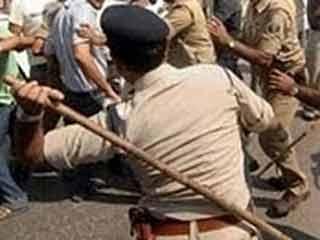 अलवर में हड़ताल पर बैठे कर्मचारियों पर लाठीचार्ज, 150 घायल
