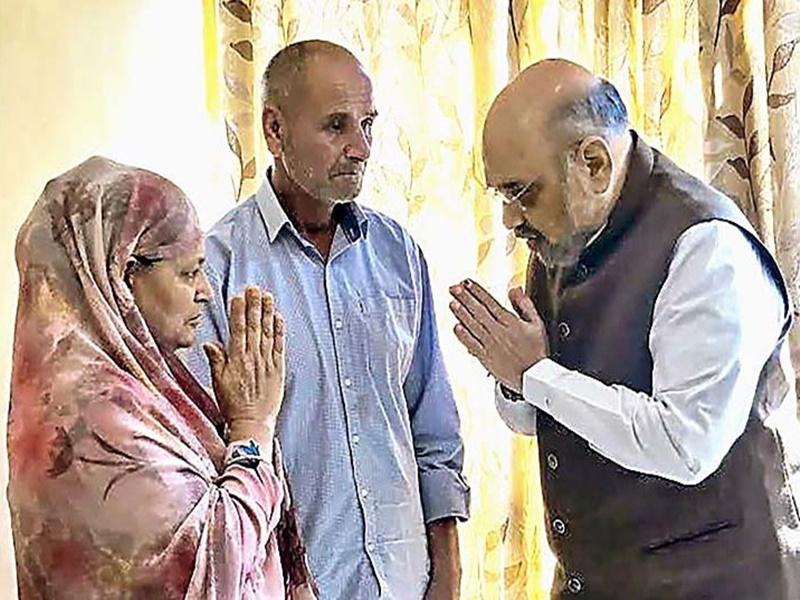 JK Visit of Amit Shah: शहीद जवान अरशद खान के परिवार से मिले गृहमंत्री अमित शाह