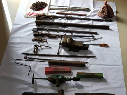 बीजापुर इलाके में नक्सलियों के हथियार बनाने का सामान बरामद