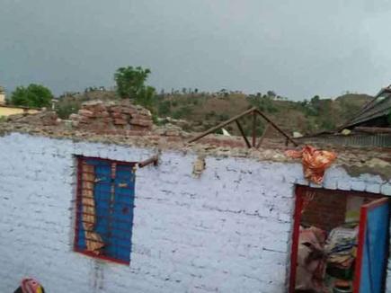 अशोकनगर में तेज आंधी और बारिश से कई मकानों के छप्पर उड़े