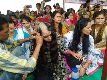 भोपाल : अतिथि शिक्षकों का आंदोलन हुआ तेज, महिला शिक्षकों ने कराया मुंडन