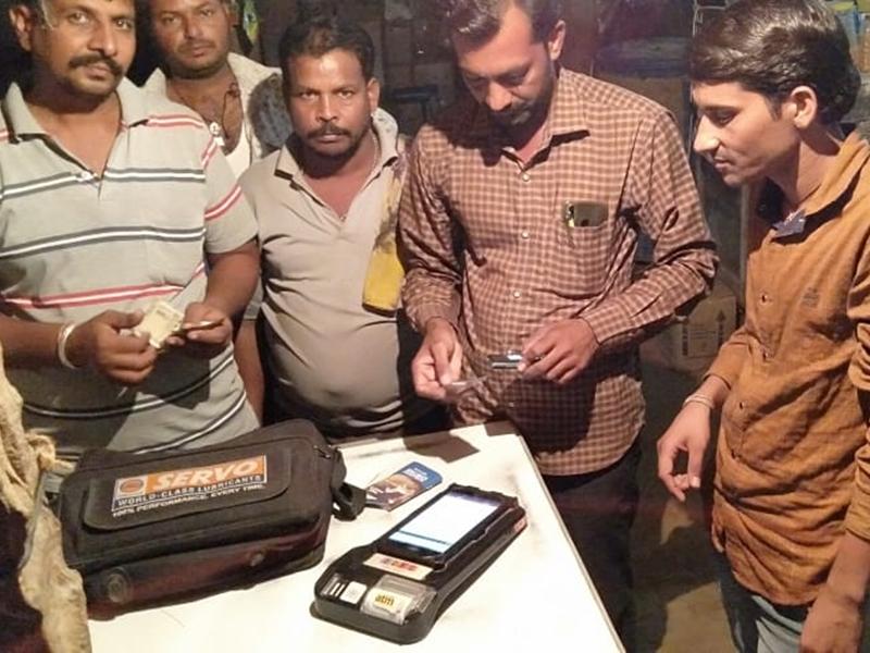 जान-माल का जोखिम उठाकर चलित ATM की सेवाएं दे रहा शख्स, पढ़ें Digital India की नायाब मिसाल