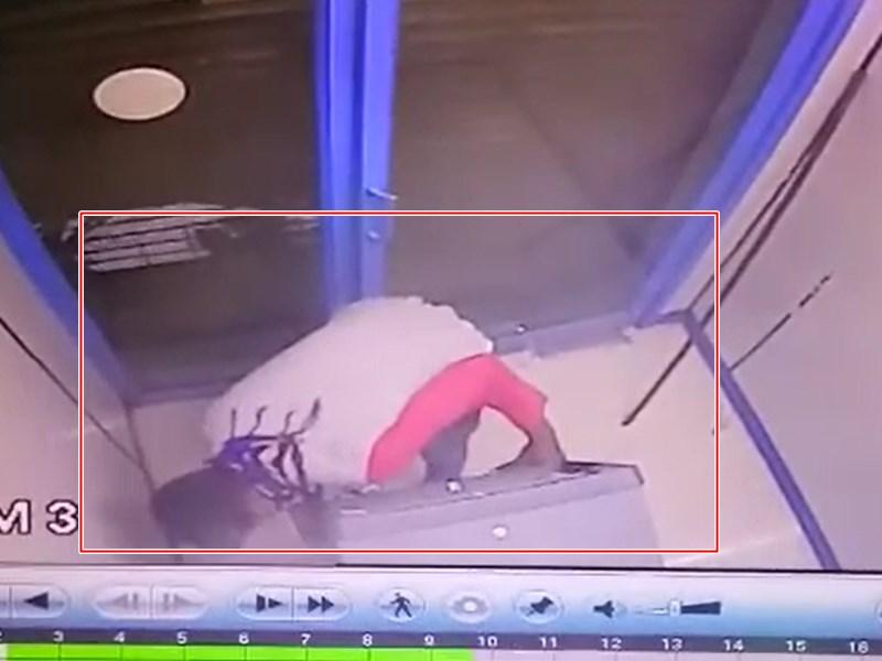 VIDEO : सेंधवा मे चोर ने एटीएम तोड़ डाला, पर पैसों तक नहीं पहुंच पाया