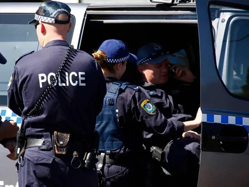 ऑस्ट्रेलियन पुलिस को मिली खबर- चाकू लेकर घूम रहा है शख्स, इलाके को घेर कर शुरू की तलाशी