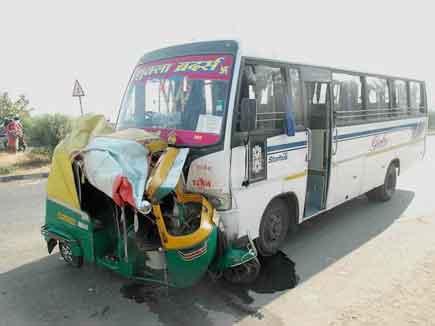 बेलगाम बस ने ऑटो को 50 मीटर घसीटा, चार की मौत