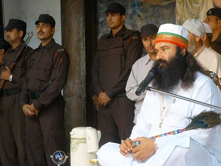 baba ram rahim with guard new images 06 10 2017