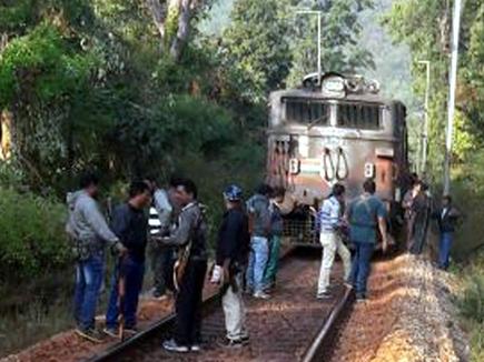 ट्रेन के रुकते ही इंजन के सामने आए वर्दीधारी नक्सली