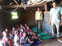 बड़वानी : पिता की मौत के तीसरे दिन बेटों ने अपनी झोपड़ी में शुरू करवाया स्कूल