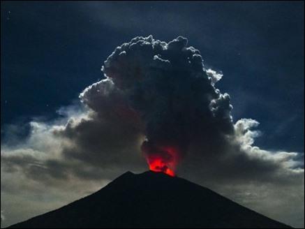 बाली में ज्वालामुखी विस्फोट से 450 उड़ानें रद्द,  हजारों पर्यटक फंसे