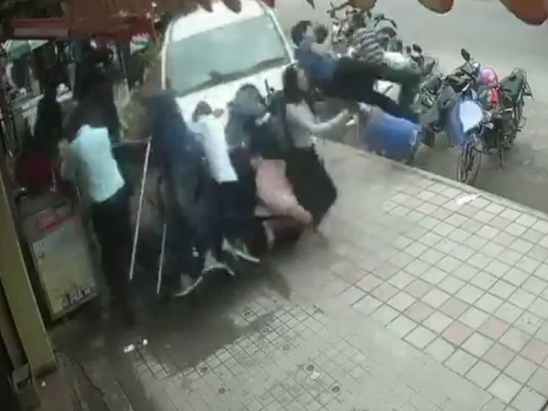 Video: बेंगलुरु में शख्स ने फुटपाथ पर चढ़ाई कार, 7 घायल, घटना सीसीटीवी में कैद