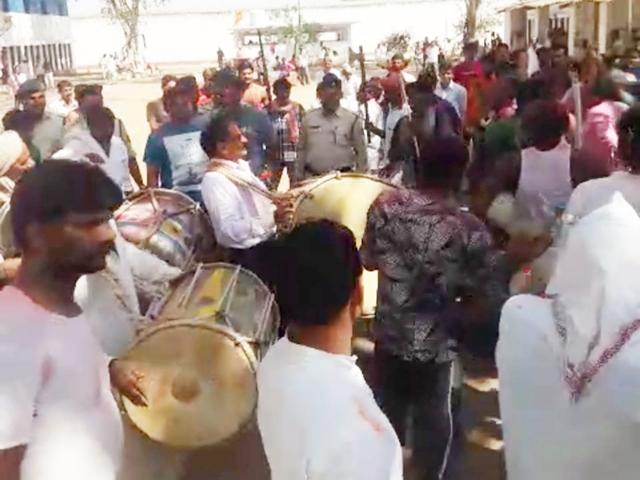 Holi 2019 : Barwani जेल में मनी अनूठी होली, जेल अधीक्षक ने बजाया ढोल, देखिये VIDEO