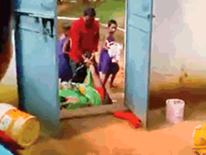 VIDEO : छत्तीसगढ़ के कोरिया में आश्रम अधीक्षिका के पति ने महिला सफाईकर्मी को घसीटकर बाहर निकाला