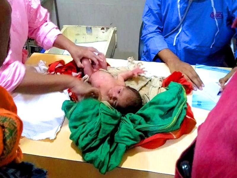 बड़वानी जिले में समीप सड़क किनारे मिला नवजात, अस्पताल में कराया भर्ती