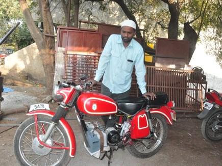 Modified Bike : जुगाड़ से तैयार की बैटरी से दौड़ने वाली बाइक