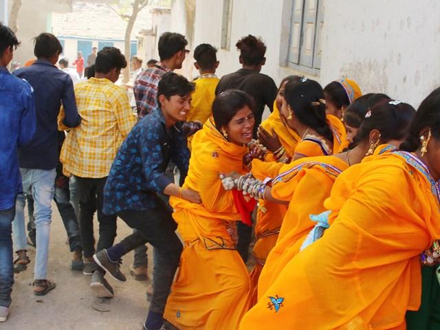Exclusive photos : भगोरिया में युवतियों को शादी के लिए भगाने की जद्दोजहद...
