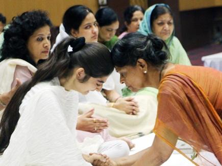 श्रद्धांजलि सभा में दूर-दूर बैठी मां और बेटी, विनायक भी मंच पर पीछे बैठे रहे