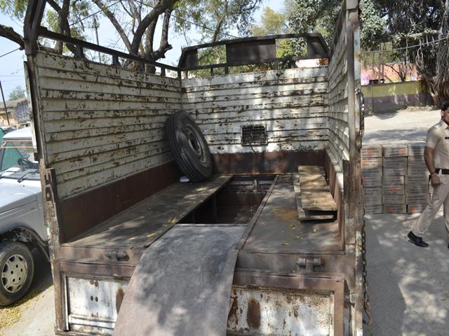 Bhind : 15 किमी पीछा कर पकड़ा लोडिंग वाहन, मिली शराब की 40 पेटियां, इस तरह रखी थी छिपाकर