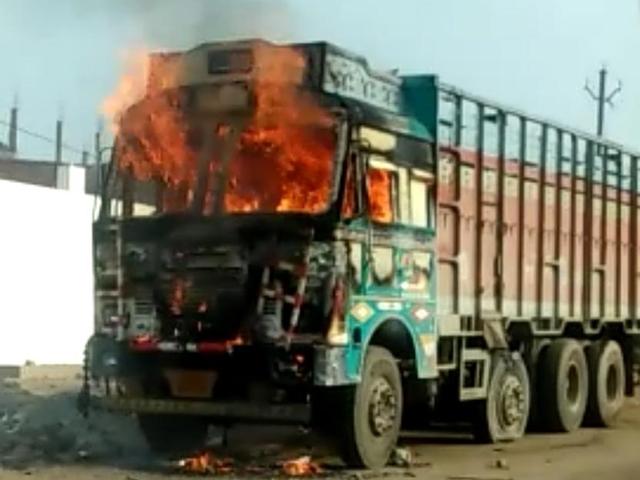 Bhind : टक्कर लगने से कांवर खंडित, कांवरियों ने ट्रक को आग लगाई