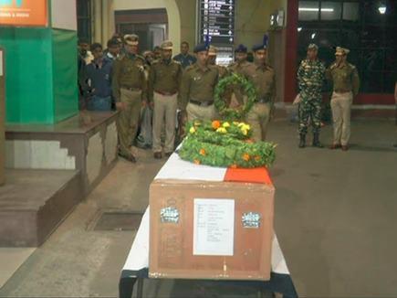 शहीद मोजाहिद का शव पटना एयरपोर्ट पहुंचा, अधिकारियों ने दी श्रद्धांजलि