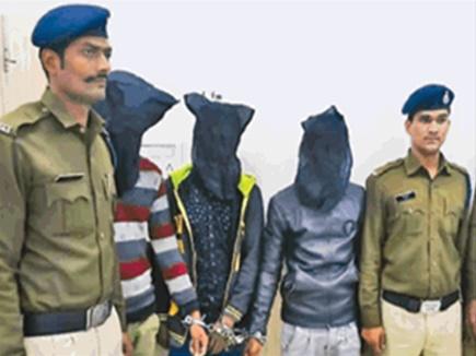 भीड़ भरे बाजार में छिपे थे खूंखार बदमाश, दो को लूटा तब पुलिस को पता चला