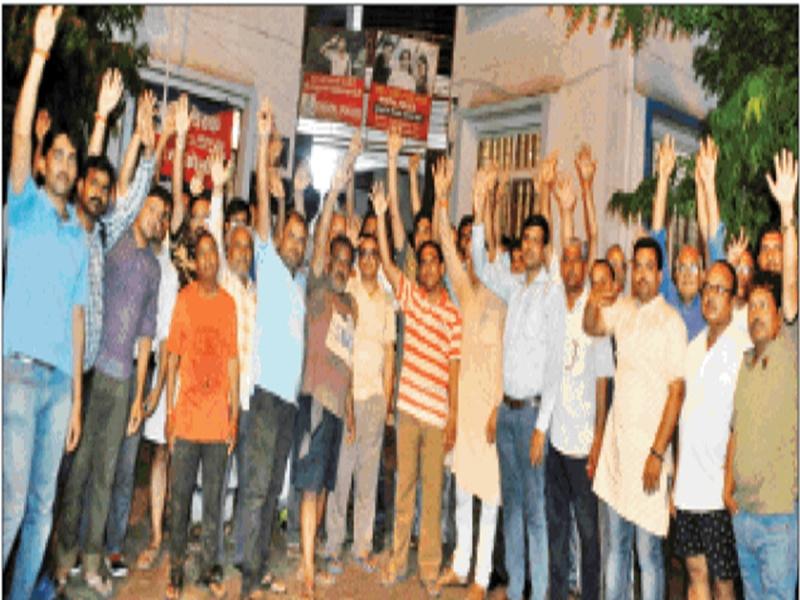 Bhopal News : बिजली, पानी न मिलने से परेशान लोगों ने थाने के बाहर हंगामा मचाया