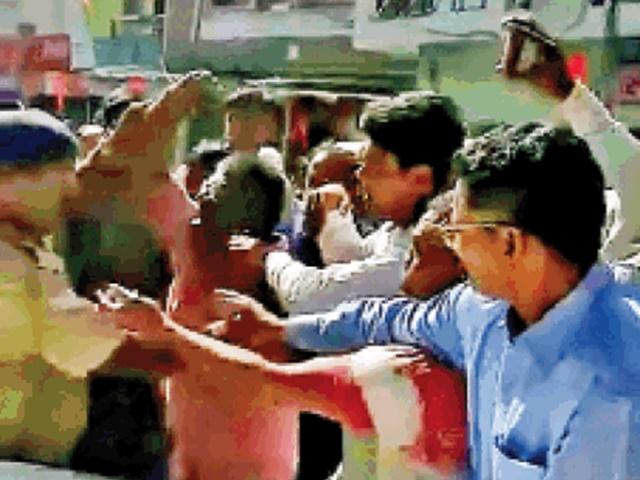 Bhopal Crime : BMC कमिश्नर को बस्ती में ले जाना चाहते थे लोग, गार्ड ने निकाली गन
