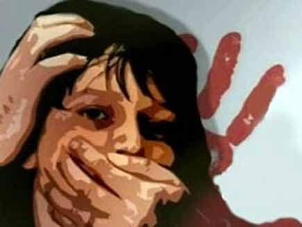 दुष्कर्मी चाचा के चंगुल से छूटने के लिए युवती ने बालकनी से लगाई छलांग