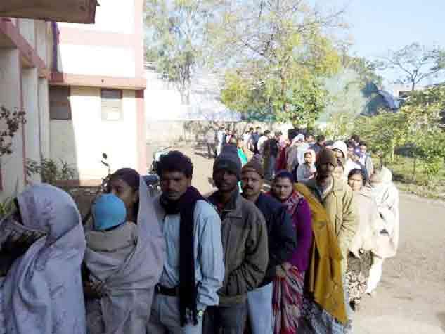 इंदौर, भोपाल और जबलपुर में मतदान के लिए लगी भीड़