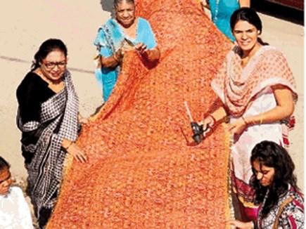 हिंदू-मुस्लिम कारीगर साथ सजा रहे बिजासन माता की लाल चुनरी